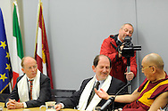 IL DALAILAMA A TRENTO A SINISTRA IL CONSIGLIERE ROBERTO PINTER IL PRESIDENTE DELLA PROVINCIA DI TRENTO ALBERTO PACHER 11-04-2013 © foto Daniele Mosna