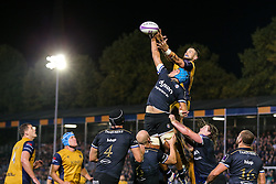 Zach Mercer of Bath Rugby and Jon Fisher of Bristol Rugby compete at the line out - Rogan Thomson/JMP - 20/10/2016 - RUGBY UNION - The Recreation Ground - Bath, England - Bath Rugby v Bristol Rugby - EPCR Challenge Cup.