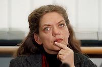 15.12.1998, Deutschland/Bonn:<br /> Antje Radcke, Sprecherin des Bundesvorstandes B90/Grüne,während einer Pressekonferenz zur konstituierenden Sitzung, Haus der Geschichte, Bonn <br /> Antje Radcke, Chairwoman of the federal executive board of the German Green Party, during a press conference<br /> IMAGE: 19981215-03/01-11