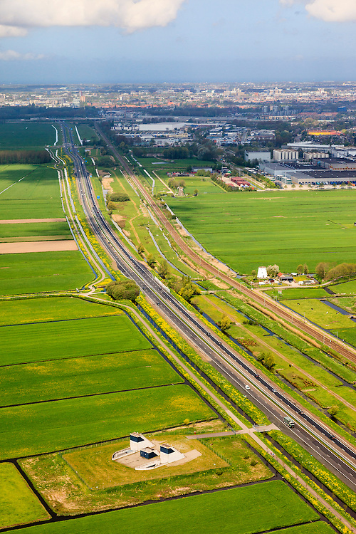 Nederland, Zuid-Holland, Zoeterwoude Rijndijk, 09-05-2013; autoweg N11 met daarnaast de vluchtschacht - nooduitgang - van de HSL boortunnel onder Het Groene Hart.<br /> Motorway N11 with emengency exit for high speed train tunnel.<br /> luchtfoto (toeslag op standard tarieven)<br /> aerial photo (additional fee required)<br /> copyright foto/photo Siebe Swart