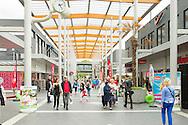 Nederland, EIndhoven, 20160701.<br /> In het Winkelcentrum Woensel <br /> Winkelend publiek in de brede gangen van het overdekte winkelcentrum.<br /> Hoog glazen plafond met witte kolommen