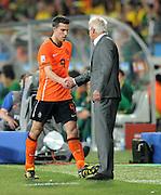 FUSSBALL WM 2010   VIERTELFINALE      02.07.2010 Holland - Brasilien Robin VAN PERSIE wird Ausgewechselt von Trainer Bert van Marwijk (Holland)