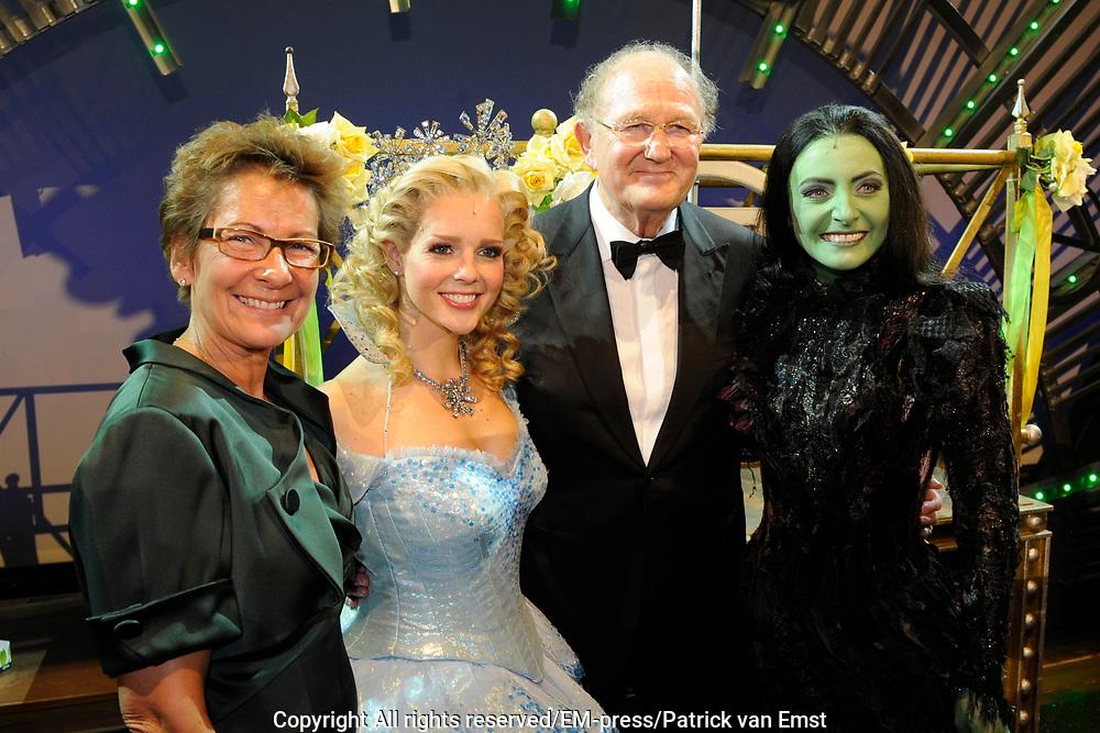 Premiere musical Wicked in het Circus Theater, Scheveningen.<br /> <br /> Op de foto:   Chantal Janzen en Willemijn Verkaik met Joop en Janine van den Ende