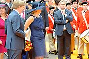 Zijne Majesteit Koning Willem Alexander en Hare Majesteit Koningin M&aacute;xima bezoeken de provincie Noord-Brabant <br /> <br /> His Majesty King Willem Alexander and M&aacute;xima Her Majesty Queen visits the province of Noord-Brabant<br /> <br /> Op de foto / On the photo:   Begroeting van de Koning en Koningin door de burgemeester van de gemeente Roosendaal, mr. J.M.L. Niederer, op de Markt. Wandeling via de Welkomstpoort naar het Raadhuis<br /> <br /> Salute the King and Queen by the mayor of the municipality of Roosendaal, Mr. JML Niederer, on the market. Walk through the Welcome Gate to the Hall
