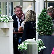 NLD/20080808/Laren - Dave Heijnerman lunchend met een dame in Laren