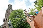 Een student staat verkleed als krijger op het Paard van Troje op het Domplein in Utrecht. Tijdens de Dag van het Aangespannen Paard wordt ook de Maskaradeoptocht gehouden van het Utrechts Studenten Corps (USC). Met de Maskaradetocht, die in het teken staat van Odyssee, viert het USC het jubileum van de Universiteit van Utrecht.<br /> <br /> A student is dressed like a warrior on the Trojan Horse at the Domplein in Utrecht. The wooden horse is part of the parade to celebrate 375 years of the Utrecht University.