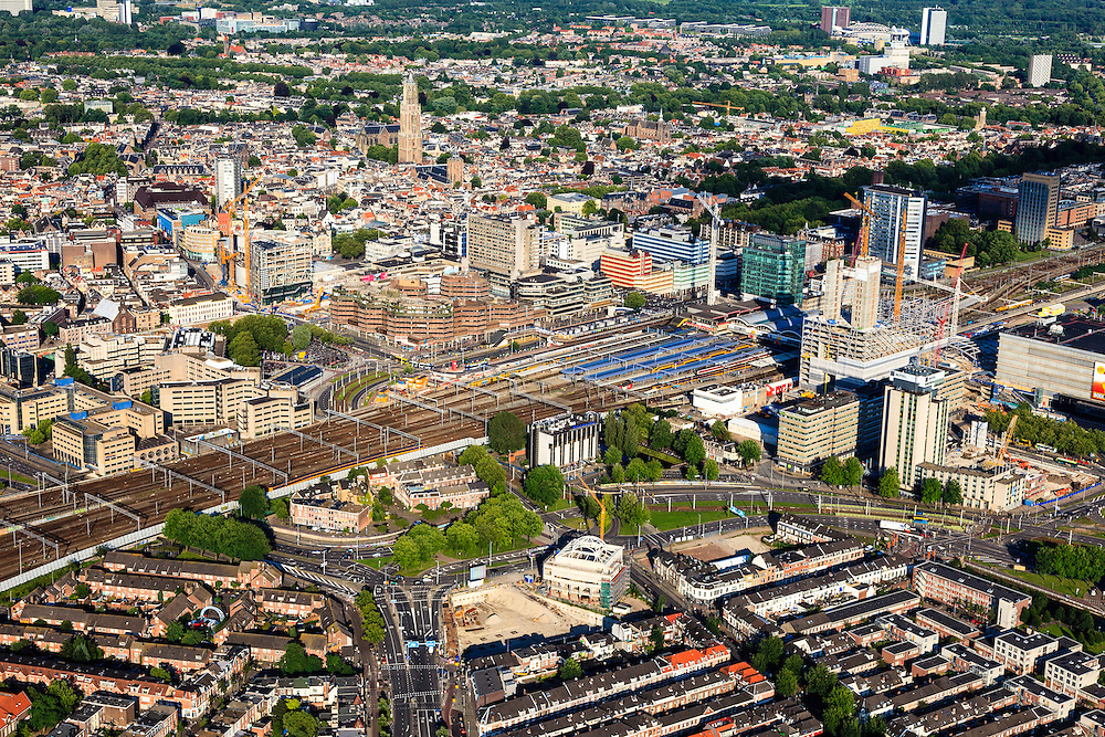 Nederland, Utrecht, Utrecht, 15-07-2012; binnenstad Utrecht, met stationsgebied en Hoog Catherijne, de wijk Lombok in de voorgrond.Overview of the railway district of Utrecht, shopping mall Hoog Catharijne. .luchtfoto (toeslag), aerial photo (additional fee required).foto/photo Siebe Swart