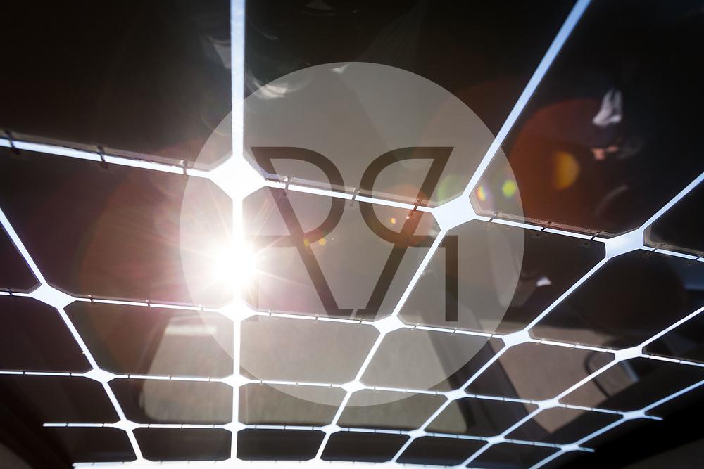 SCHWEIZ - BASEL - Das Elektroauto Sion von Sono Motors, hat Solarzellen in der Karosserie und tankt Sonnenenergie. Hier scheint die Sonne durch die Solarzellen auf dem Dach, während der Probefahrt mit einem Prototyp - 13. April 2018 © Raphael Hünerfauth - http://huenerfauth.ch