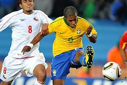 28.06.2010, Ellis Park Stadium, Johannesburg, RSA, FIFA WM 2010, Brazil (BRA) vs Chile. (CHI), im Bild Michel Bastos (Brasile) e Arturo Vidal (Cile). EXPA Pictures © 2010, PhotoCredit: EXPA/ InsideFoto/ Giorgio Perottino +++ for Austria and Slovenia only +++ / SPORTIDA PHOTO AGENCY