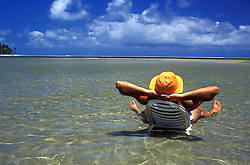 Praia de Carneiros, Pernambuco, Brasil. 05/01/2003..Homem tomando banho de Sol. Man sunbathing.Foto © Adri Felden/Argosfoto.www.argosfoto.com.br
