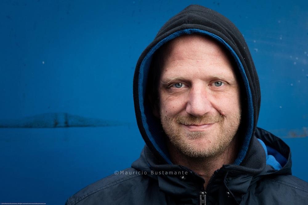 Hinz&Künztler Jens<br /> Hoffnung auf eine Wohnung<br /> <br /> 29. März 2016 | Hinz&Kunzt 277/März<br /> <br /> Wegen einer Hirnhautentzündung lernte Hinz&Künztler Jens erst mit acht Jahren sprechen. Später landete er im Heim, heute lebt er in Hamburg auf der Straße. Er hofft nach einem Winter auf der Straße, dass er bald eine Wohnung findet.