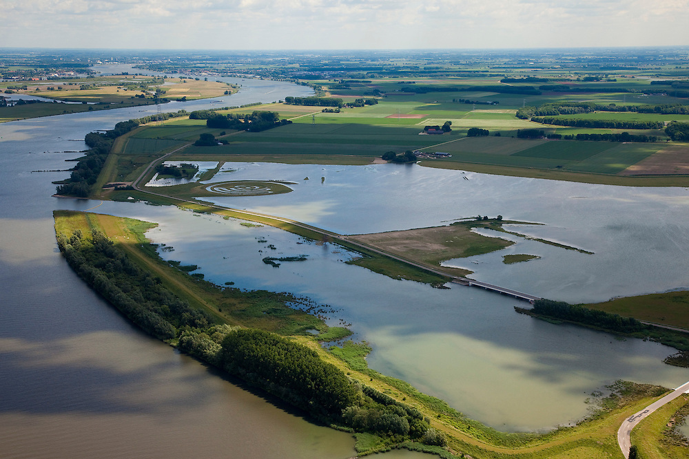 Nederland, Brabant, Gemeente Werkendam, 12-06-2009; polder Noordwaard in de Biesbosch, onderdeel van 'Ruimte voor de Rivier' (bescherming tegen hoogwater door rivierverruiming)..Door het gedeeltelijke afgraven van de dijken zijn in- en uitstroomopeningen gemaakt. Bij hoge waterstanden wordt het water bovenstrooms van de Nieuwe Merwede afgeleid en wordt het via het nieuw ontstane doorstroomgebied zo westelijk mogelijk richting Hollandsch Diep afgevoerd. De kans op overstromongen (in de bovenloop) is hierdoor kleiner. .Polder Noordwaard (part of Biesbosch National Park), part of the program 'Space for the River' (protection against high water by means of creating space for the rivers). Because the dike next to the river has been partly excaveted, entrances for the water of the river have been made (left). As a consequence the former polder can now store water and allows the river to flood more easily downstream (direction of the Northsea). These measures dimishes the risk of floods further upstream at high water in the winter  .Swart collectie, luchtfoto (25 procent toeslag); Swart Collection, aerial photo (additional fee required).foto Siebe Swart / photo Siebe Swart