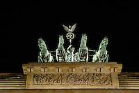 04 MAR 2005, BERLIN/GERMANY:<br /> Quadriga Brandenburger Tor bei Nacht<br /> Quadriga on top of the Brandenburg Gate by night<br /> IMAGE: 20050304-02-008<br /> KEYWORDS: Nachtaufnahme
