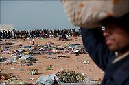 Un réfugié Bangladeshi entame une marche vers le camp humanitaire Choucha situé à quelques kilomètres du poste frontière Ras Jedir. Plus de 140 000 réfugiés ont déjà quitté la Libye par la Tunisie ou l'Egypte et des milliers continuent d'arriver chaque jours. Vendredi 4 Mars 2011, Ras Jedir, Tunisie..© Benjamin Girette/IP3 press