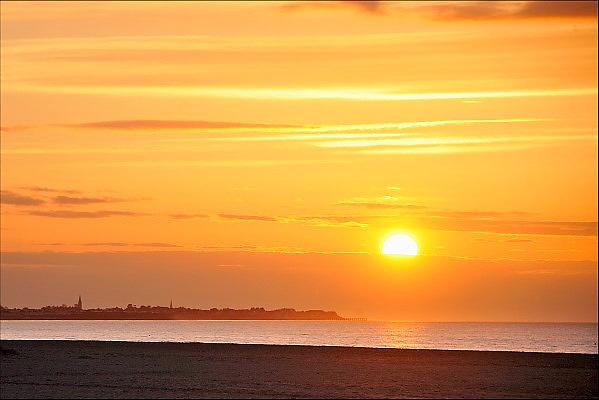 Nederland, Zeeuws Vlaanderen, 12-5-2015Zonsondergang, sunset, aan het strand, bij de zee, by the sea on the beach.Foto: Flip Franssen/HH