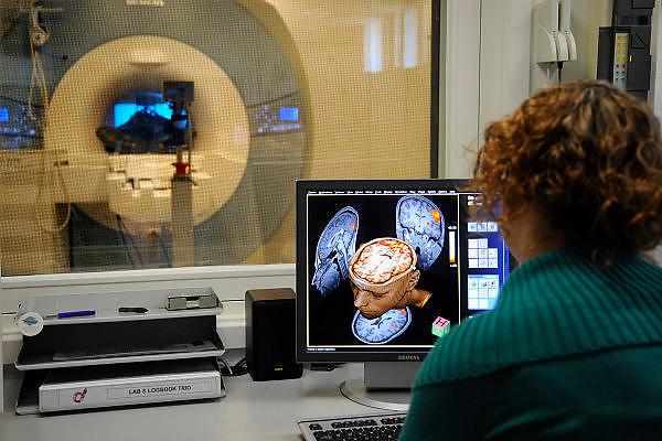 Nederland, Nijmegen, 8-4-2010Bij de Radboud universiteit wordt mbv MRI scanner onderzoek gedaan naar de werking van het brein, en processen die zich in de hersenen afspelen. Cognitieve neuroscience. Hierbij wordt samengewerkt door het FC Donderscentrum, het NICI, het umcn en het NCMLS. Een van de doelen is meer inzicht te krijgen in de ziekte van Parkinson. Op de foto is te zien welk deel van het brein van de vrijwilliger in de scanner aktief is bij het kijken naar een film. Foto: Flip Franssen