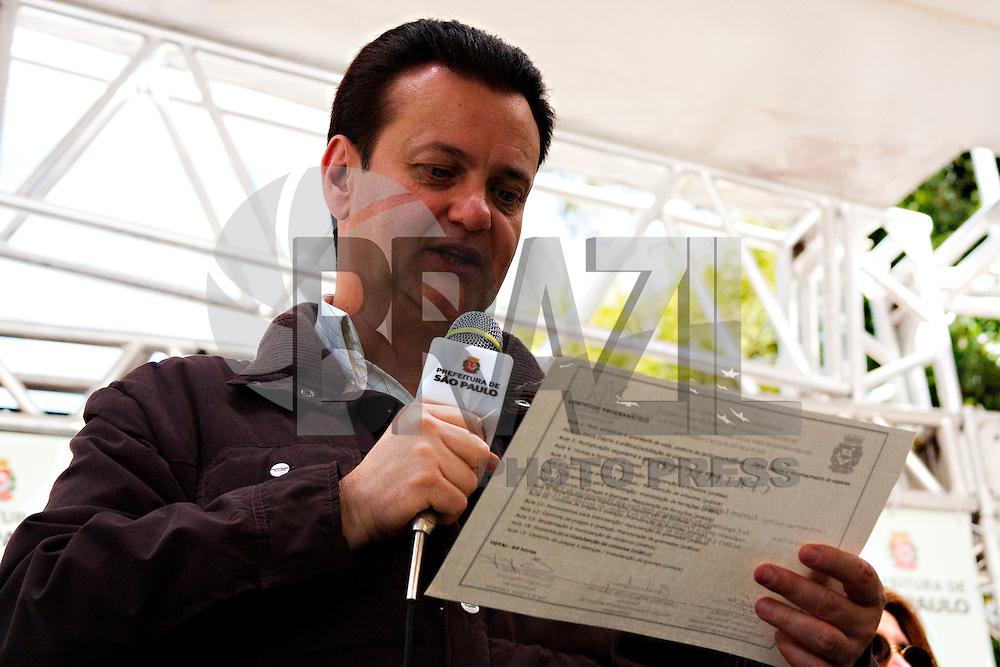 SAO PAULO ,LAPA, PRAÇA Dr. Octávio Perez Velasco ,06 DE AGOSTO DE 2011 - FORMATURA DA 9ª TURMA DOS ZELADORES DE PRAÇA -Prefeito Gilberto Kassab chama um dos zeladores para o recebimento do certificado de zelador de praça. (FOTO :LEANDRO MANTOVANI /NEWS FREE)