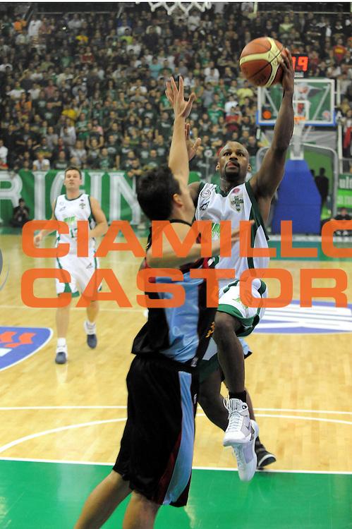 DESCRIZIONE : Avellino Lega A1 2008-09 Air Avellino Solsonica Rieti<br />GIOCATORE : Travis Best<br />SQUADRA : Air Avellino<br />EVENTO : Campionato Lega A1 2008-2009 <br />GARA : Air Avellino Solsonica Rieti<br />DATA : 19/10/2008 <br />CATEGORIA : Tiro<br />SPORT : Pallacanestro <br />AUTORE : Agenzia Ciamillo-Castoria/G.Ciamillo<br />Galleria : Lega Basket A1 2008-2009 <br />Fotonotizia : Avellino Campionato Italiano Lega A1 2008-2009 Air Avellino Solsonica Rieti<br />Predefinita :