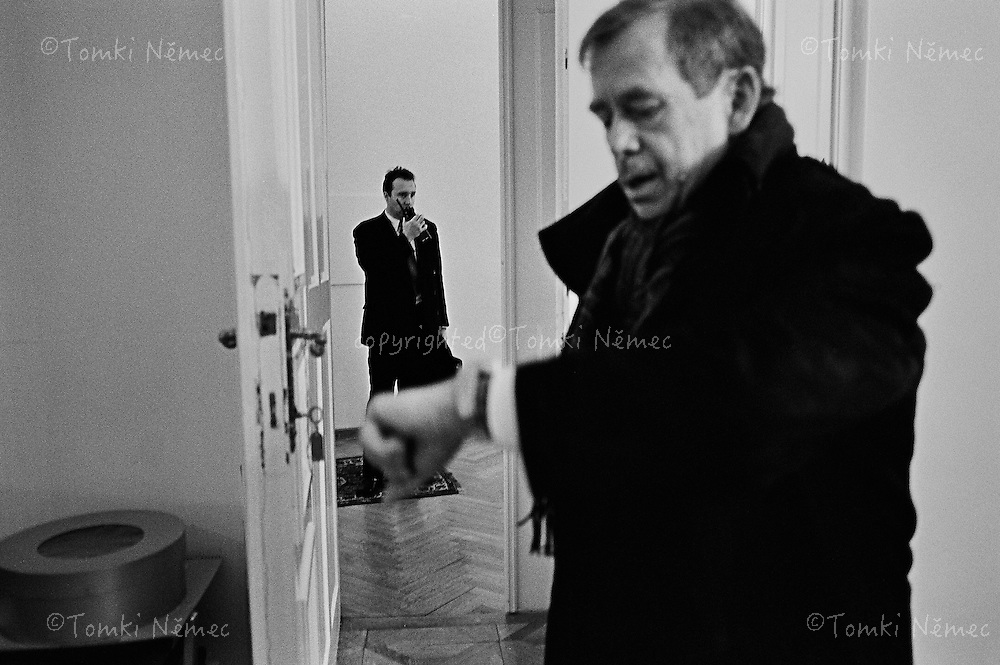 *EN/ Czech Republic,Prague-Castle, January 2003  .VACLAV HAVEL - THE LAST ARRIVAL AT PRAGUE CASTLE - THE PRESIDENT OFFICE..PRESIDENT VACLAV HAVEL LEAVES THE OFFICE OF PRESIDENT OF THE CZECH REPUBLIC AFTER THIRTEEN YEARS IN OFFICE. JANUARY 2003.