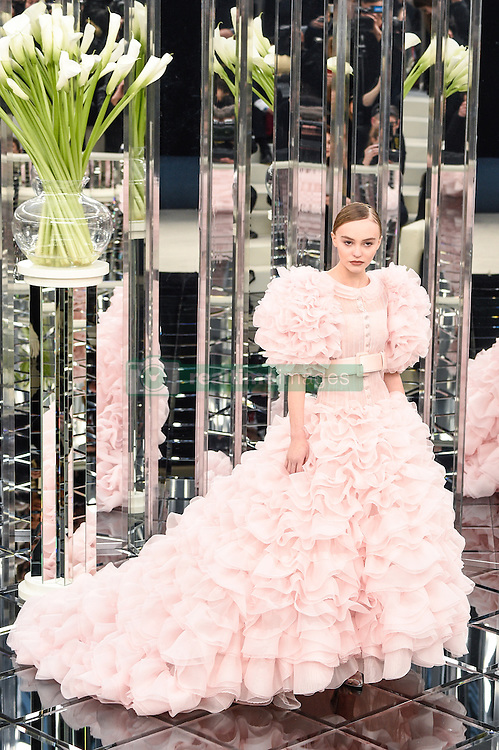 January 24, 2017 - Paris, FRANCE - Chanel.MODEL ON CATWALK, WOMAN, PARIS FASHION WEEK 2017 WOMEN READY TO WEAR FOR SPRING SUMMER, DEFILE, FASHION SHOW RUNWAY COLLECTION, HAUTE COUTURE, MODELWEAR, MODESCHAU LAUFSTEG FR√É≈ìHLING FRUEHLING SOMMER.PARHCSS17 (Credit Image: © PPS via ZUMA Wire)