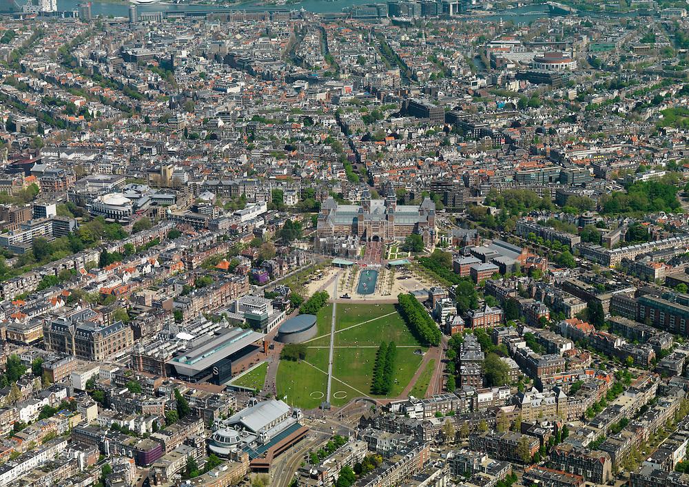 Museumplein gelegen voor het rijksmuseum met tevens van Goghmuseum en concertgebouw