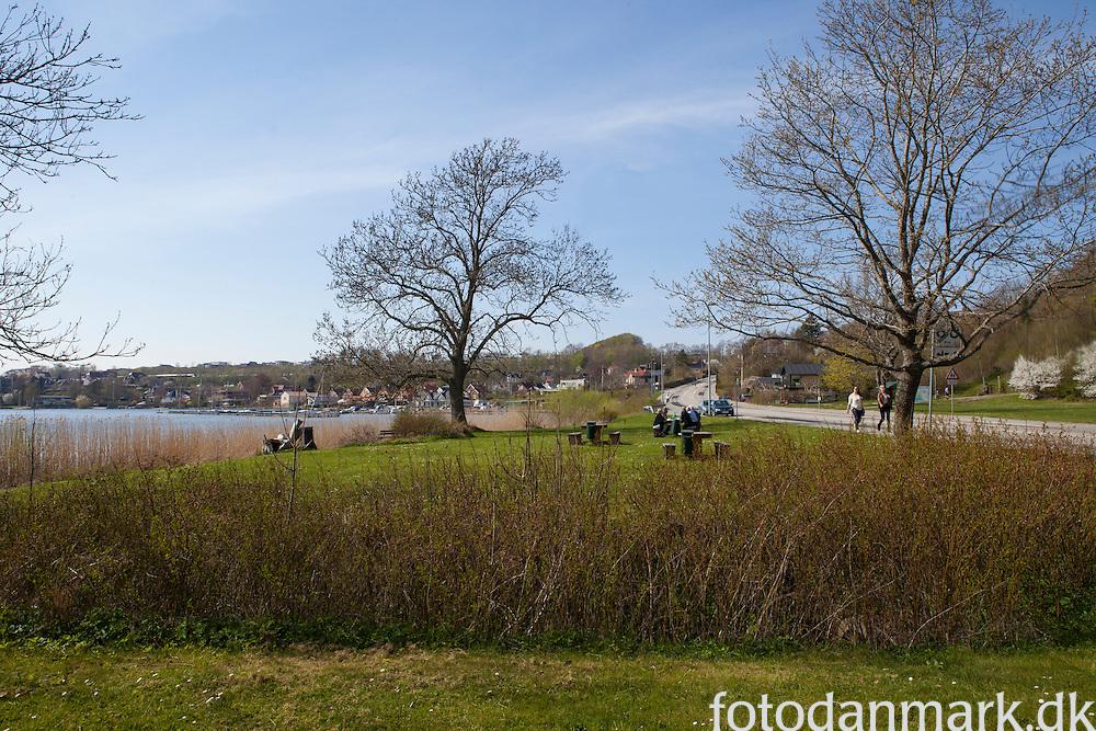 Skanderborg Sø ved Skanderborg består af to næsten lige store bassiner (Store Sø og Hylke Sø) og er en del af Gudenåsystemet.