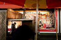 3 Dicembre 2008. New York, NY. Un uomo passeggia davanti alla famosa vetrina natalizia del negozio Macy's sulla 34th street. Ogni anno le strade e i negozi di New York City sfoggiano decorazioni natalizie che attraggono turisti da tutto il mondo.<br /> &copy;2008 Gianni Cipriano per Io Donna / Corriere della Sera<br /> cell. +1 646 465 2168 (USA)<br /> cell. +1 328 567 7923 (Italy)<br /> gianni@giannicipriano.com<br /> www.giannicipriano.com