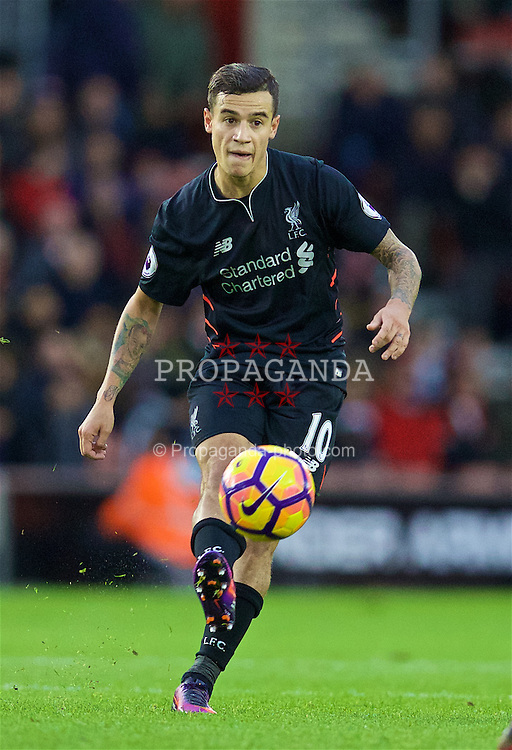 SOUTHAMPTON, ENGLAND - Saturday, November 19, 2016: Liverpool's Philippe Coutinho Correia in action against Southampton during the FA Premier League match at St. Mary's Stadium. (Pic by David Rawcliffe/Propaganda)
