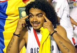 Perdigão mostra o passaporte durante a comemoração  do título da Copa Libertadores da América 2006  após empatar com o São Paulo (SP) na segunda partida da final que foi realizada no Estádio Beira Rio, em Porto Alegre. FOTO: Jefferson Bernardes/Preview.com