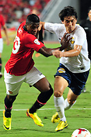 Fotball<br /> Foto: imago/Digitalsport<br /> NORWAY ONLY<br /> <br /> BANGKOK, July 14, 2013 (Xinhua) -- Wilfried Zaha (L) of Manchester United competes during a friendly match against Thailand s Singha All-Star team in Bangkok, Thailand, July 13, 2013. Manchester United lost 0-1.