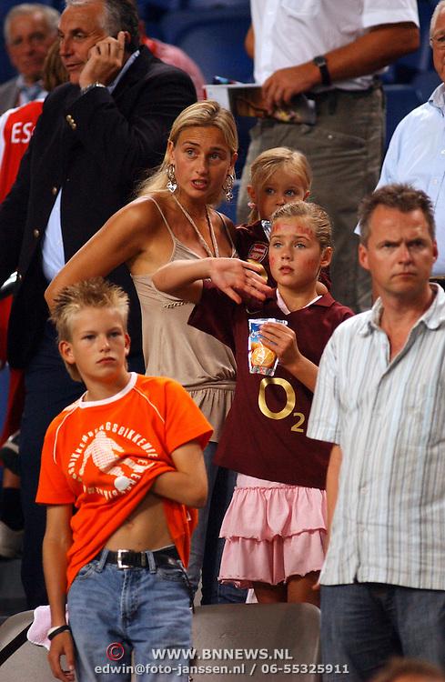 NLD/Amsterdam/20050729 - LG Amsterdam Tournament 2005, vrouw van Dennis Bergkamp, Henriette Bergkamp - Ruijzendaal en kinderen
