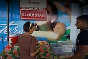 Venta de alimentos frente a una valla en la fachada de una construcción de un edificio en la ciudad de Panama .Foto: Ramon Lepage / Istmophoto.