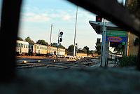 Le Ferrovie del Sud Est nascono in Puglia, nell'ottobre del 1931. A questà nuova società veniva dato in concessione l'insieme delle reti ferroviarie precedentemente gestite da diversi organismi (Società per le Ferrovie Salentine, Società per le Ferrovie Sussidiate, Ferrovie dello Stato)..Le aree pugliesi attraversate dalla società ferroviaria sono l'area barese, la fascia Taranto-Brindisi e l'area leccese-salentina, collegando fra loro i capoluoghi di Bari, Taranto e Lecce, nonché oltre 130 comuni delle province meridionali..Il reportage fotografico sulle Ferrovie Sud Est intende testimoniare l'evoluzione tecnologica che, durante gli anni, ha modificato e migliorato il servizio ferroviario e la convivenza del progresso con tracce del passato, attraverso un viaggio tra le stazioni e i depositi..Stazione di Mungivacca, diventata popolare dopo l'apertura di un punto vendita della nota azienda svedese, produttrice di arredamento per interni.