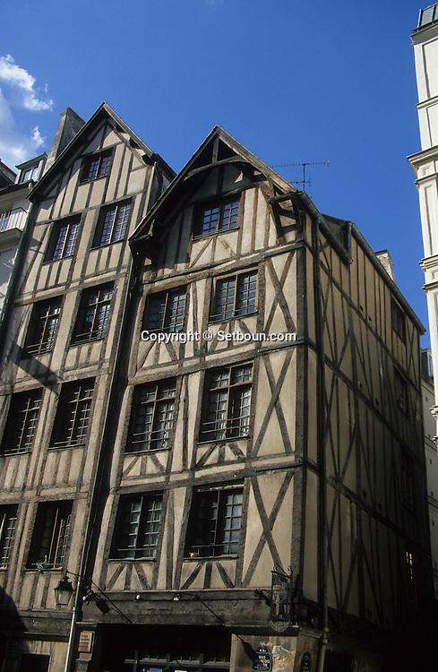 France. Paris. 9th district. oldest houses of p Paris 11 et 13 rue François Miron 75004.       / Maisons médiévales.  Les plus vielles maisons de Paris 11 et 13 rue François Miron 75004.