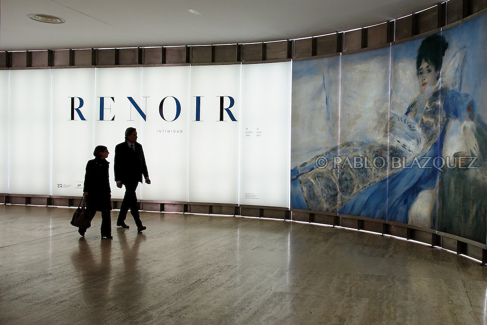 Members of the press enter Pierre Auguste-Renoir's exhibition at the Museum Thyssen-Bornemisza on October 17, 2016 in Madrid, Spain. 'Renoir: Intimacy' features 78 works by French painter Renoir (1841-1919) borrowed from museums and collections from around the world and will be open to the public from October 18, 2016 to January 22, 2017 (© Pablo Blazquez)