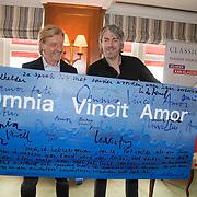 NLD/Amsterdam/20140525 - Classic FM Station onganiseert Luisterboeken Lounge Live , Ruud de Wild overhandigd schilderij aan Michael Pilarczyk