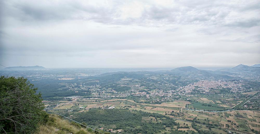 Panoramica di Priverno. Le cave abbandonate e quelle in uso. Si notano come queste aree sono pi&ugrave; grandi della stessa citt&agrave;. In lontananza il promontorio del Circeo.<br /> <br /> Overview of Priverno (Latina). The Sandpits are more than Priverno city.