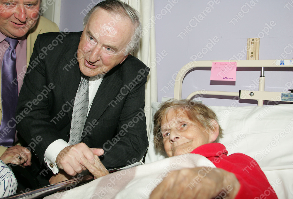 Former Taoiseach Albert Reynolds meets Maura Lernihan, former teacher in Inagh on his visit to Cahercalla Community Hospital, Ennis. Pic Sean Curtin Press 22.