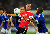 FUSSBALL   1. BUNDESLIGA   SAISON 2012/2013   5. SPIELTAG FC Schalke 04 - FSV Mainz 05                               25.09.2012        Elkin Soto (li, Mainz) gegen Jefferson Farfan (re, FC Schalke 04)