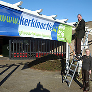 Goede Herderkerk (voedselcampagne)Fam Bronkhorst en Rob van Doesburg voor een spandoek (JVDH)
