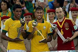 Paulinho, Neymar e Andrés Iniesta recebem troféu FIFA de melhor jogador da Copa das Confederações 2013, no estádio Maracanã, no Rio de Janeiro. FOTO: Jefferson Bernardes/Preview.com