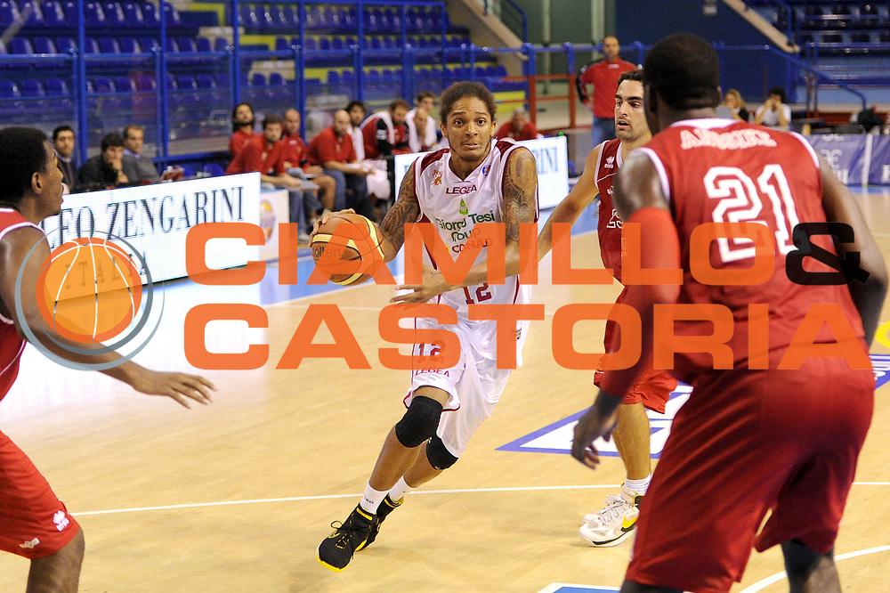 DESCRIZIONE : Porto San Giorgio Precampionato 2013-2014 Torneo Di Porto San Giorgio VL Pesaro Pstoia Basket 2000<br /> GIOCATORE : Deron Washington<br /> CATEGORIA : palleggio<br /> SQUADRA : Pstoia Basket 2000<br /> EVENTO : Precampionato Lega A1 2013-2014<br /> GARA : VL Pesaro Pstoia Basket 2000<br /> DATA : 05/10/2013<br /> SPORT : Pallacanestro<br /> AUTORE : Agenzia Ciamillo-Castoria/C. De Massis<br /> Galleria : Lega Basket A1 2013-2014<br /> Fotonotizia : Porto San Giorgio Precampionato 2013-2014 Torneo Di Porto San Giorgio VL Pesaro Pstoia Basket 2000<br /> Predefinita :