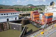 Canal de Panamá, vista de cruce de barcos por las exclusas de Cocoli desde el Centro de visitantes en las exclusas de Miraflores. Panamá