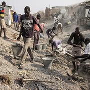 Des hommes de l'ethnie shilluk creusent des canaux dans le camp de protection des civils de la Mission des Nations Unies au Soudan du Sud, la Minuss, à Malakal, à l'approche de la saison des pluies, pour prévenir notamment une épidémie de choléra dans ce camp organisé pour 20 000 déplacés mais qui en accueille actuellement 33 000.
