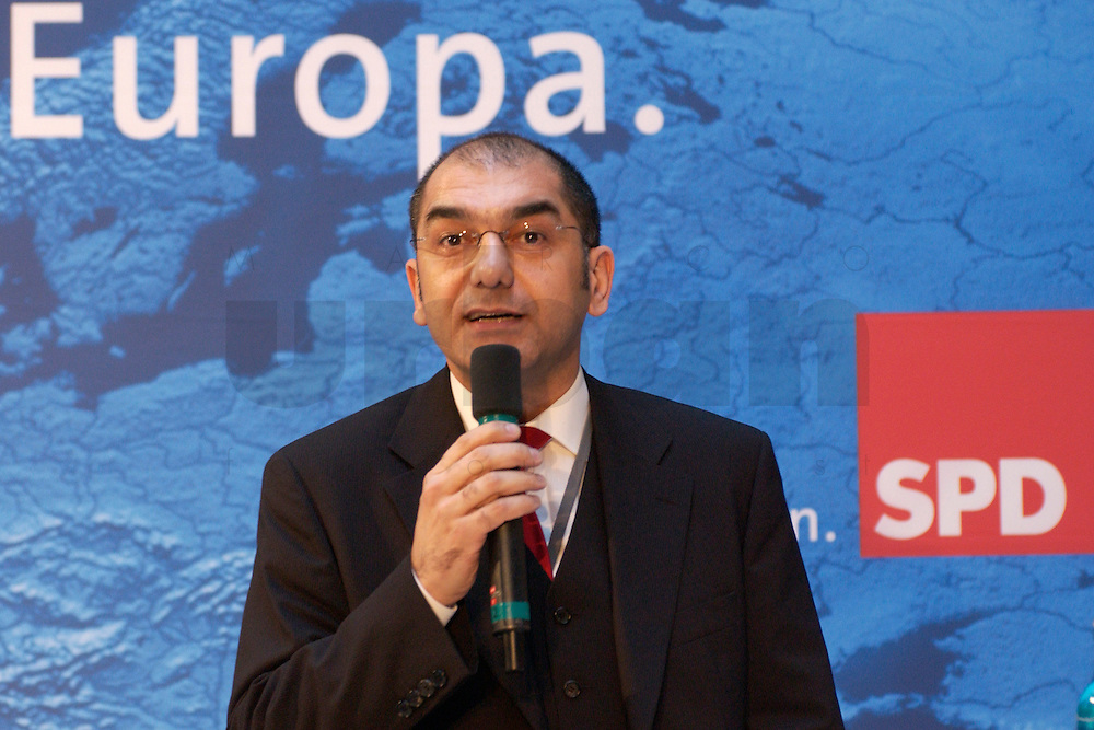 30 MAR 2004, BERLIN/GERMANY:<br /> Ozan Ceyhun, MdEP, SPD, Empfang der Initiative Neue Inlaender der SPD, Willy-Brandt-Haus<br /> IMAGE: 20040330-04-010<br /> KEYWORDS: Neue Inl&auml;nder, T&uuml;rken, Tuerken