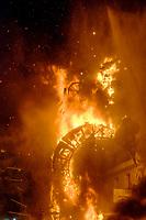 Noche de la crema<br /> Les 200 grandes statues satiriques en papier mâché partent en fumée le 24 juin. <br /> Le mot «feria», qui désignait à l'origine une manifestation économique bien souvent agricole, signifie encore «foire». <br /> Dans le domaine des loisirs, une «feria» est toujours rattachée à un cycle despectacles taurins, ainsi que les festivités qui accompagnent lescourses de taureaux. <br /> L'origine de la férie est toujours liée à unefête votive,comme laFeria de San Isidro, patron de la cité de Madrid. <br /> La feria rend hommage à un laboureur qui faisait la charité avec sa femme Maria Torribia, bien qu'ils fussent eux-mêmes dans le plus grand dénuement.<br /> Vers le milieu du XIXe siècle, de nombreuses femmes d'agriculteurs gitans ont commencé à fréquenter ces foires vêtues de leurs longues robes faites à la main à partir de vieux vêtements. Elles étaient souvent ornées de volants afin de rendre les tissus simples plus beaux et plus esthétiques.<br /> EnAndalousie, les plus anciennes ferias correspondent à l'ancienneté des arènes notamment la ville deJerez de la Fronteradont lesarènescomptent parmi les plus anciennes d'Espagne. <br /> Malagaoffre au mois d'août laFeria de Málaga, comme pratiquement toutes les villes des régions autonomes espagnoles possédant des arènes de première, deuxième ou troisième catégorie. <br /> En 2003, en Espagne, on comptait 598 spectacles taurins majeurs (corridas formelles) et mineurs (novilladas,becerradas), et 1146 spectacles taurins populaires comprenant les lâchers de taureaux, lestoro de fuego. <br /> En 2004, on comptait 810 corridas formelles, 555 novilladas piquées, 380 rejoneos, et 187 spectacles mixtes ou festivals piqués.<br /> Contrairement à ce que l'on pourrait penser, les ferias ne sont pas l'apanage de l'Europe. On trouve des ferias en Amérique latine (Mexique, Pérou, Colombie et Venezuela). Au Mexique, la plus grande feria est la feria nationale de San Marcos, la plus ancienne du pays. Sa première édi