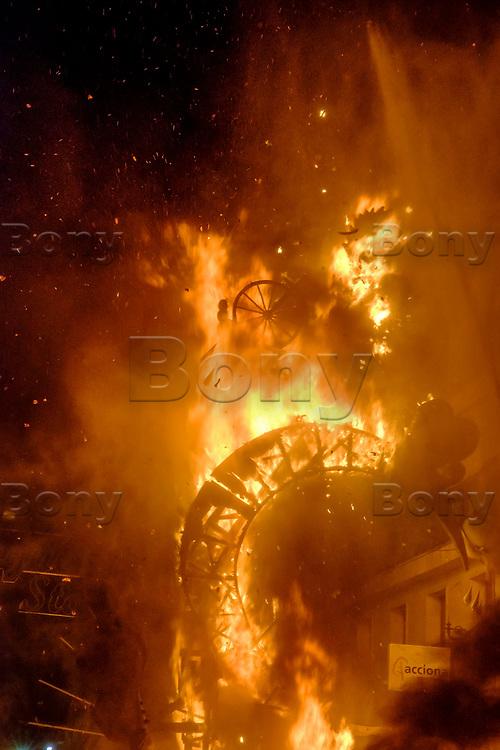 Noche de la crema<br /> Les 200 grandes statues satiriques en papier m&acirc;ch&eacute; partent en fum&eacute;e le 24 juin. <br /> Le mot &laquo;&nbsp;feria&nbsp;&raquo;, qui d&eacute;signait &agrave; l'origine une manifestation &eacute;conomique bien souvent agricole, signifie encore &laquo;&nbsp;foire&nbsp;&raquo;. <br /> Dans le domaine des loisirs, une &laquo;&nbsp;feria&nbsp;&raquo; est toujours rattach&eacute;e &agrave; un cycle de&nbsp;spectacles taurins, ainsi que les festivit&eacute;s qui accompagnent les&nbsp;courses de taureaux. <br /> L'origine de la f&eacute;rie est toujours li&eacute;e &agrave; une&nbsp;f&ecirc;te votive,&nbsp;comme la&nbsp;Feria de San Isidro, patron de la cit&eacute; de Madrid. <br /> La feria rend hommage &agrave; un laboureur qui faisait la charit&eacute; avec sa femme Maria Torribia, bien qu'ils fussent eux-m&ecirc;mes dans le plus grand d&eacute;nuement.<br /> Vers le milieu du XIXe si&egrave;cle, de nombreuses femmes d&rsquo;agriculteurs gitans ont commenc&eacute; &agrave; fr&eacute;quenter ces foires v&ecirc;tues de leurs longues robes faites &agrave; la main &agrave; partir de vieux v&ecirc;tements. Elles &eacute;taient souvent orn&eacute;es de volants afin de rendre les tissus simples plus beaux et plus esth&eacute;tiques.<br /> En&nbsp;Andalousie, les plus anciennes ferias correspondent &agrave; l'anciennet&eacute; des ar&egrave;nes notamment la ville de&nbsp;Jerez de la Frontera&nbsp;dont les&nbsp;ar&egrave;nes&nbsp;comptent parmi les plus anciennes d'Espagne. <br /> Malaga&nbsp;offre au mois d'ao&ucirc;t la&nbsp;Feria de M&aacute;laga, comme pratiquement toutes les villes des r&eacute;gions autonomes espagnoles poss&eacute;dant des ar&egrave;nes de premi&egrave;re, deuxi&egrave;me ou troisi&egrave;me cat&eacute;gorie. <br /> En 2003, en Espagne, on comptait 598 spectacles taurins majeurs (corridas formelles) et mineurs (novilladas,&nbsp;becerradas), et 1146 spectacles taurins populaires comprenant les l&acirc;chers de taur
