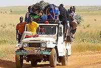 Niger. Province de Tahoua. Taxi brousse. // Niger. Tahoua province. Local taxi.