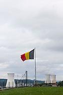 Belgie, Hui, 20141008.De kerncentrale van Tihange, bij de waalse stad Hui in Belgie. Reactor 3 is stilgelegd omdat er haarscheurtjes zijn gevonden in het reactorvat. Belgie krijgt zijn energie voor het grootste deel uit kernenergie. Belgische vlag wappert op de voorgrondBelgium, Huy, 20141008.The nuclear power plant, near the city of Huy. Tihange nuclear power station in Belgium. Reactor 3 has been shut down because of cracks were found in the reactor vessel. Belgium gets its energy from nuclear power for the most part. Belgian flag waving in the foreground