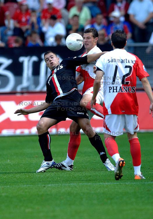 19-08-2007 VOETBAL: UTRECHT - FEYENOORD: UTRECHT<br /> Feyenoord wint met 3-0 in de Galgenwaard / Danny <br /> Buijs in duel met Erik Pieters<br /> &copy;2007-WWW.FOTOHOOGENDOORN.NL
